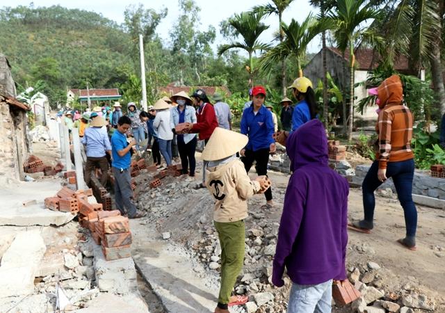 Hơn 220 cán bộ huyện Lộc Hà giúp dân xây dựng nông thôn mới